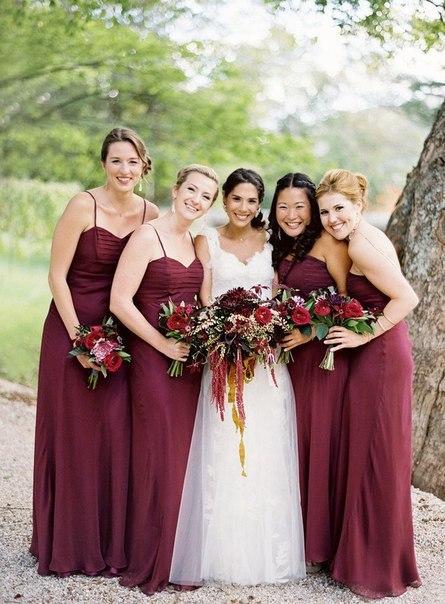 подружки невесты в платьях модного винного цвета