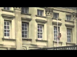 WHAT THE HELL!!!!!! Buckingham Palace naked man escaping