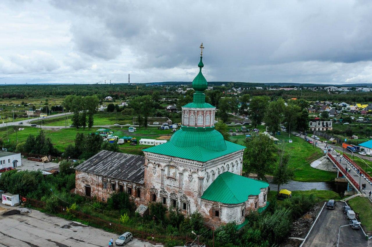 Вид на зимний Крестовоздвиженский собор