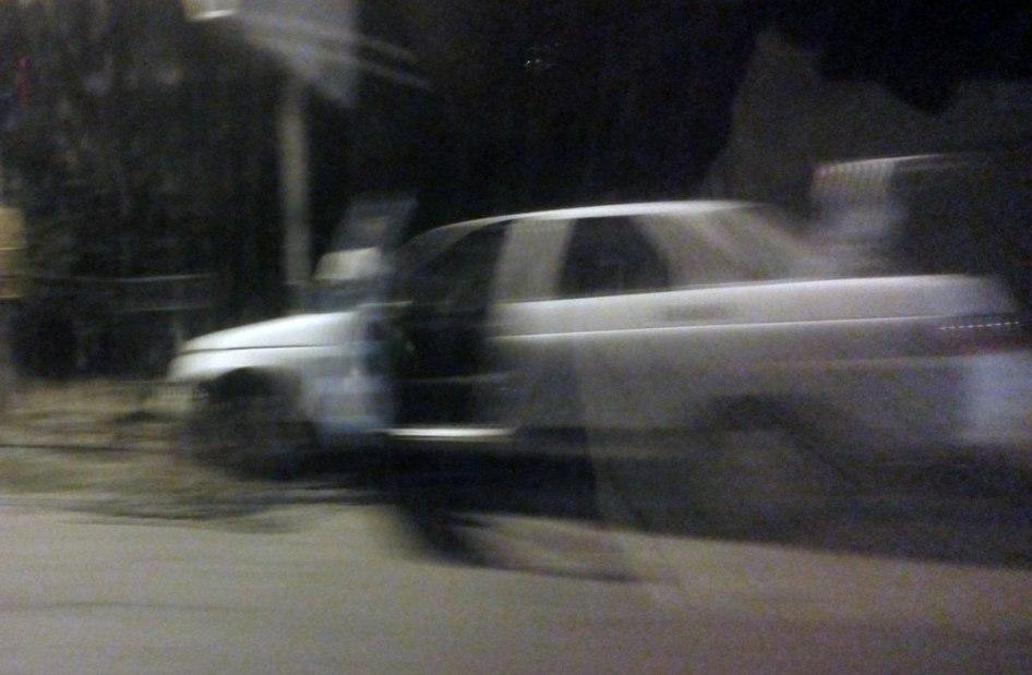 Минувшие вечером в Таганроге две белые легковушки не поделили дорогу, одна врезалась в столб