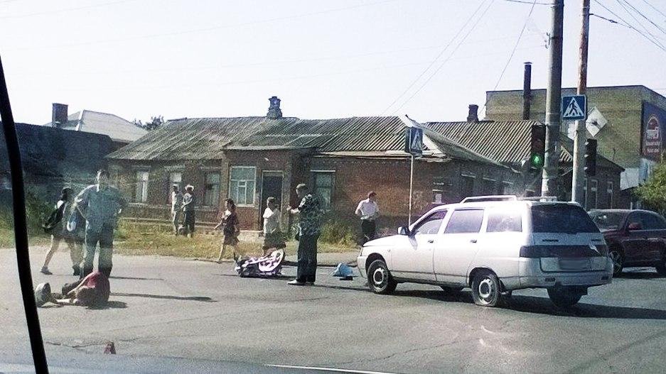 В Таганроге в районе ТРЦ «Мармелад» водитель мопеда врезался в «ВАЗ-2111»