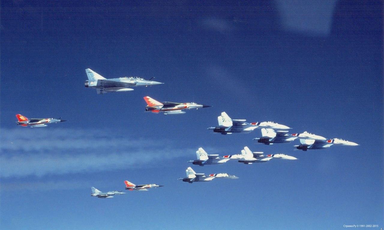 Почетный эскорт из 3 Mirage F-1 в юбилейной (1942-1992) окраске Normandie Niémen и 2 Mirage 2000 для 6 Су-27