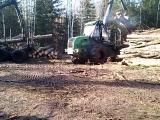 харвестр загружает маза древесинай