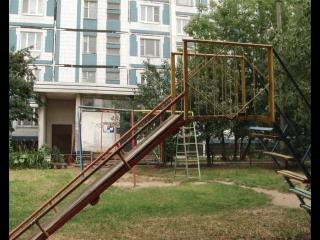 Многоэтажному дому номер 2 на улице Весенняя Серпухова 30 лет. Ровно столько же и детской площадке рядом с ним