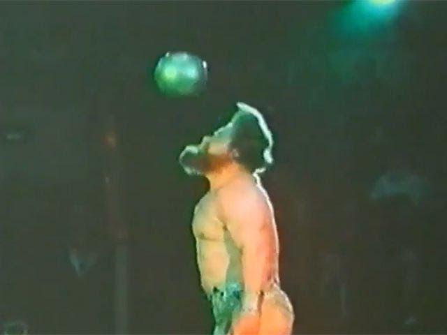 Валентин Дикуль - силовые цирковые трюки с гирями, стальными шарами, автомобилем