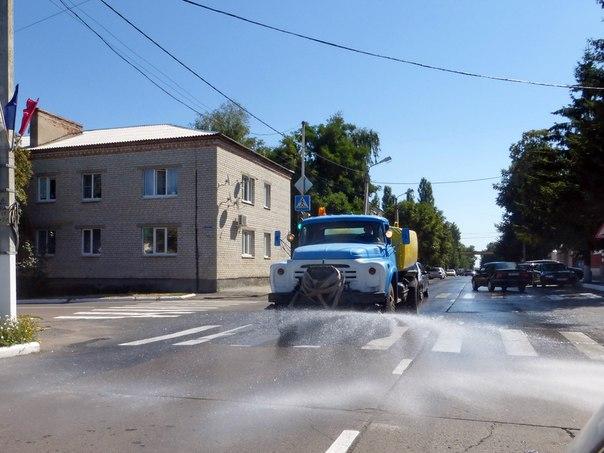 Редкие кадры, когда улицу города поливальной машиной чистят. Почаще бы