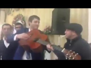 ► ۩ Парень Хизри после отсидки в тюрьме пришёл на Кавказскую свадьбу к своей бывшей девушке Красиво от души поёт мужик ۩ ◄
