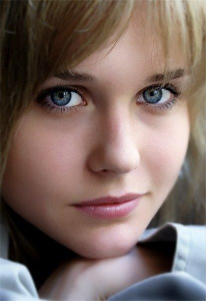 2.17 лет 3.Девушка с русыми волосами длиной чуть ниже плея и ярко голубыми
