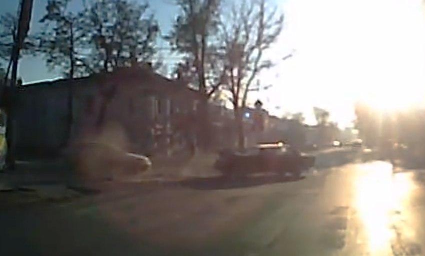 В центре Таганрога водитель «ВАЗа», проехав на красный, врезался в Mercedes, момент попал на ВИДЕО