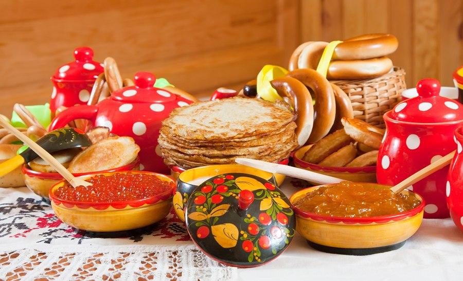 Сервировка стола к Масленице в русском стиле
