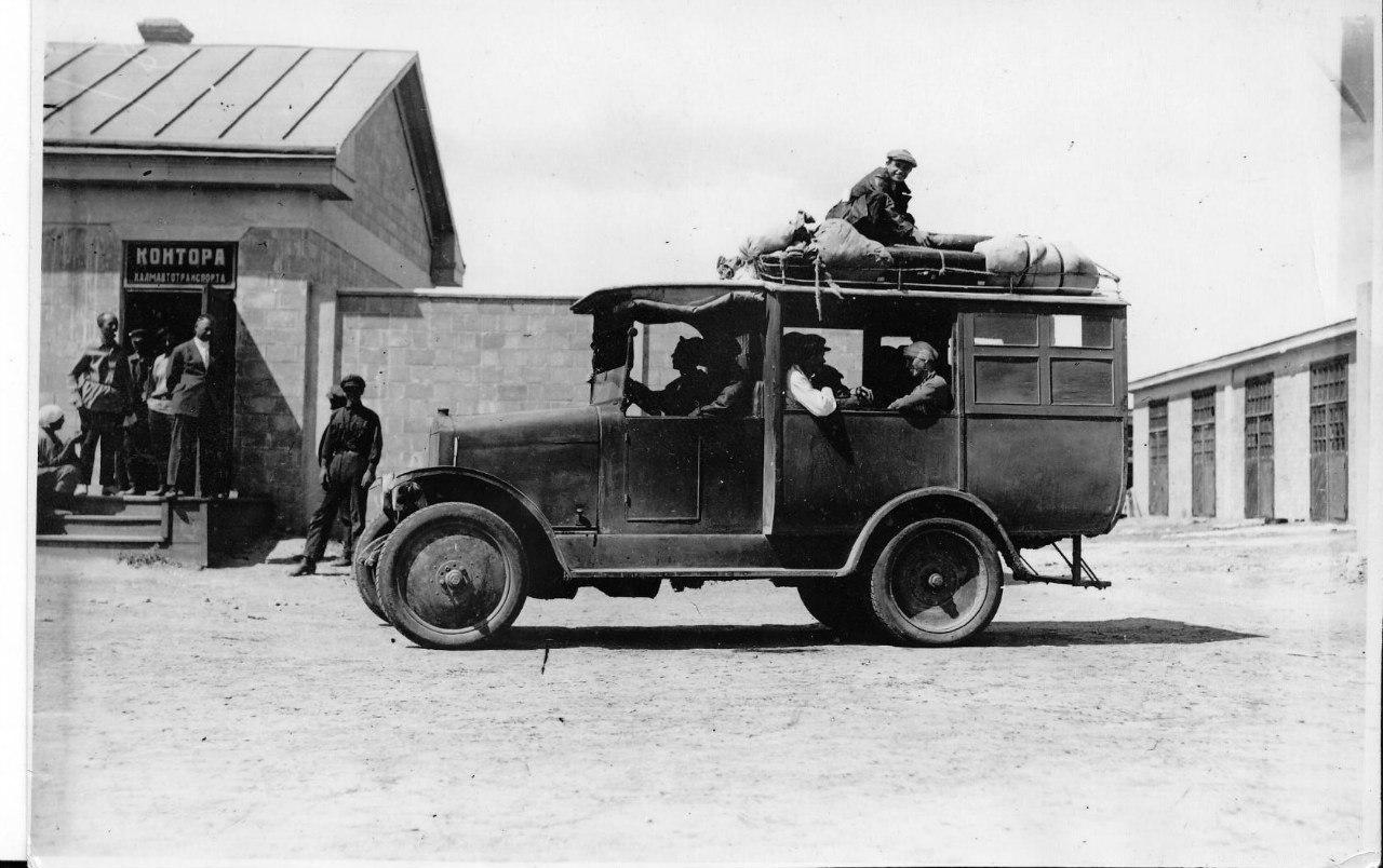 Гаражи и первые машины в Элисте. 1934 год.