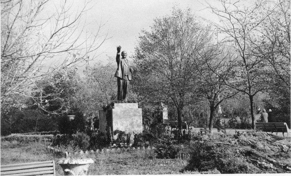 Памятник Ленину перед Красным домом. 1961 год