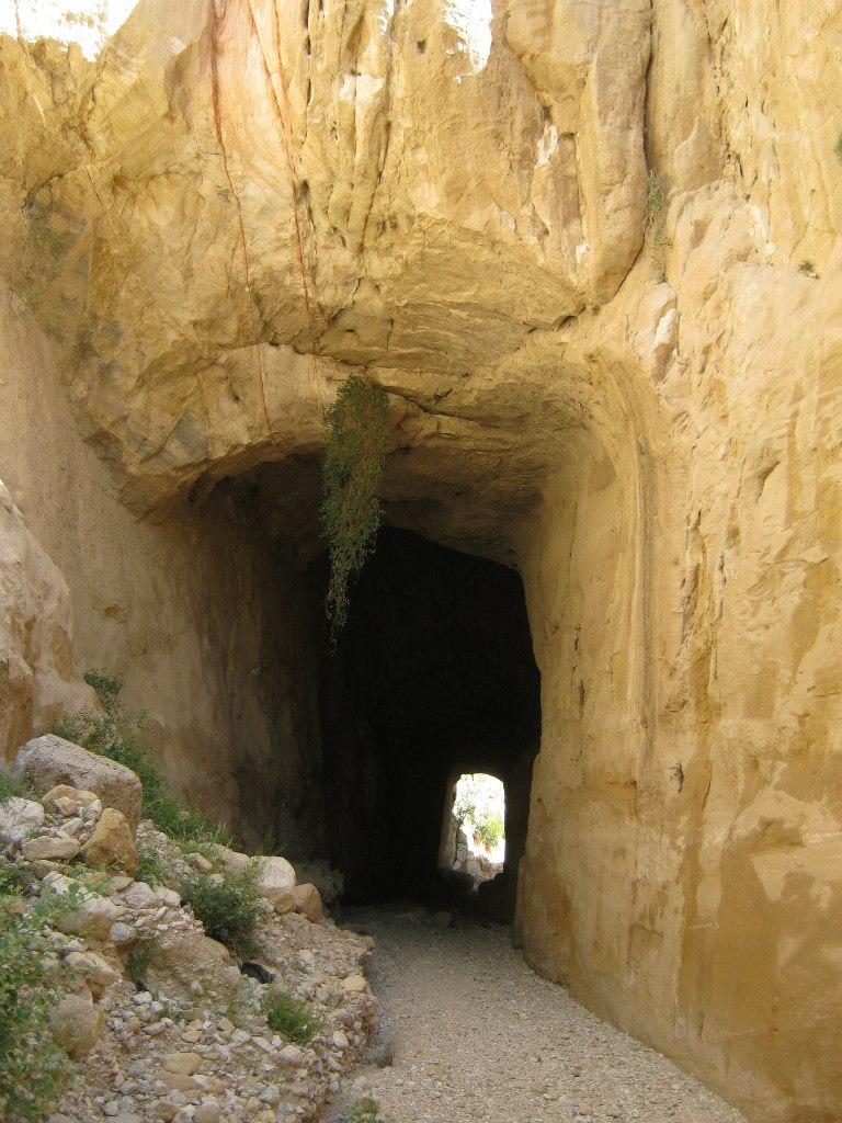 канал-туннель в Петре