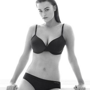 Calvin Klein огласил о новой рекламной кампании, лицом которой станет модель с размером плюс Миле Далбезио (c 44-46 размером одежды).