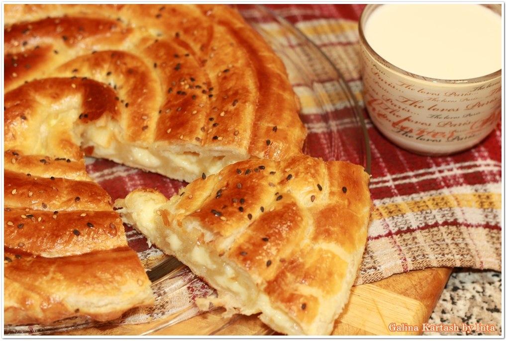 Пирог улитка из слоеного теста с сыром