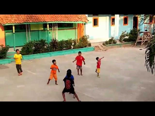 Kids playing soccer / Sekumpulan Anak laki-laki datang main Bola di halaman sekolah.