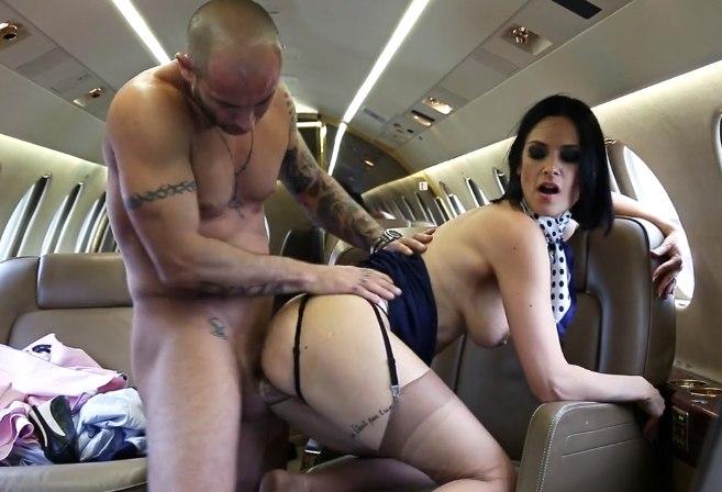 Рыжая стюардесса перед пассажирами в салоне самолёта голая фото фото 671-207