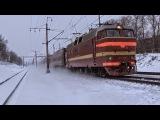 Электровоз ЧС2Т-1009 с составом поезда (Мурманск → Москва) и приветливый машинист