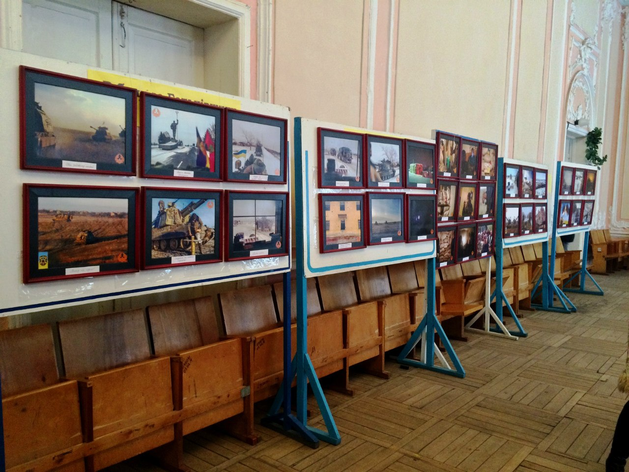 """Волонтери """"Крила Фенікса"""" відкрили благодійну фотовиставку в Бердичеві"""