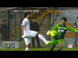 Ronaldinho intenta quitarle el balón al arquero - Atletico San Luis vs Queretaro 1-0 Copa MX 2015