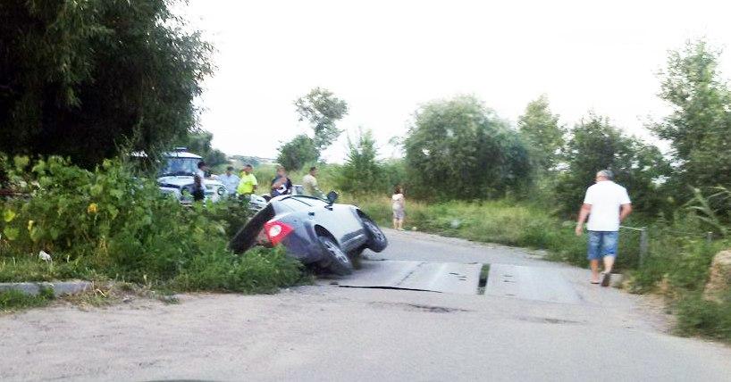В Таганроге в районе Чеховской набережной Ford с моста опрокинулся на бок