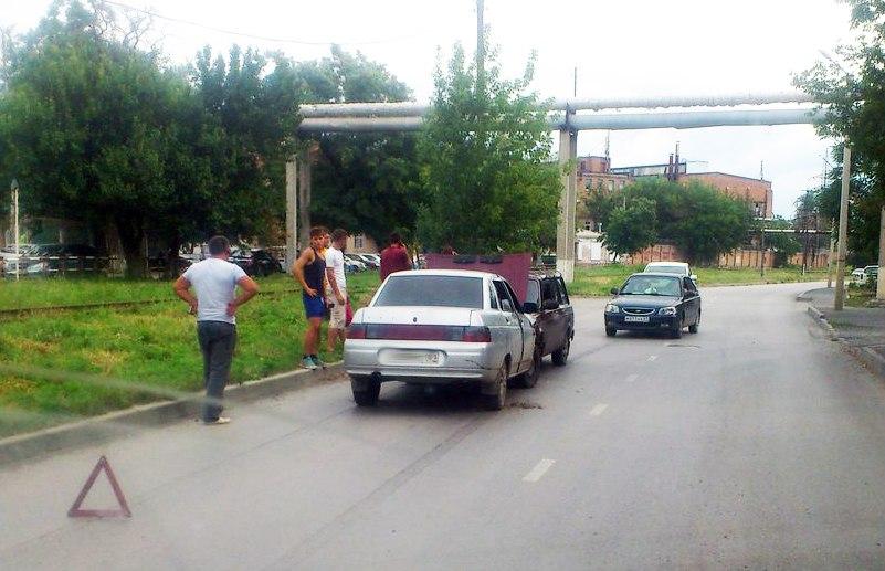 Сегодня утром в Таганроге на Железнодорожной лоб в лоб столкнулись два «ВАЗа»