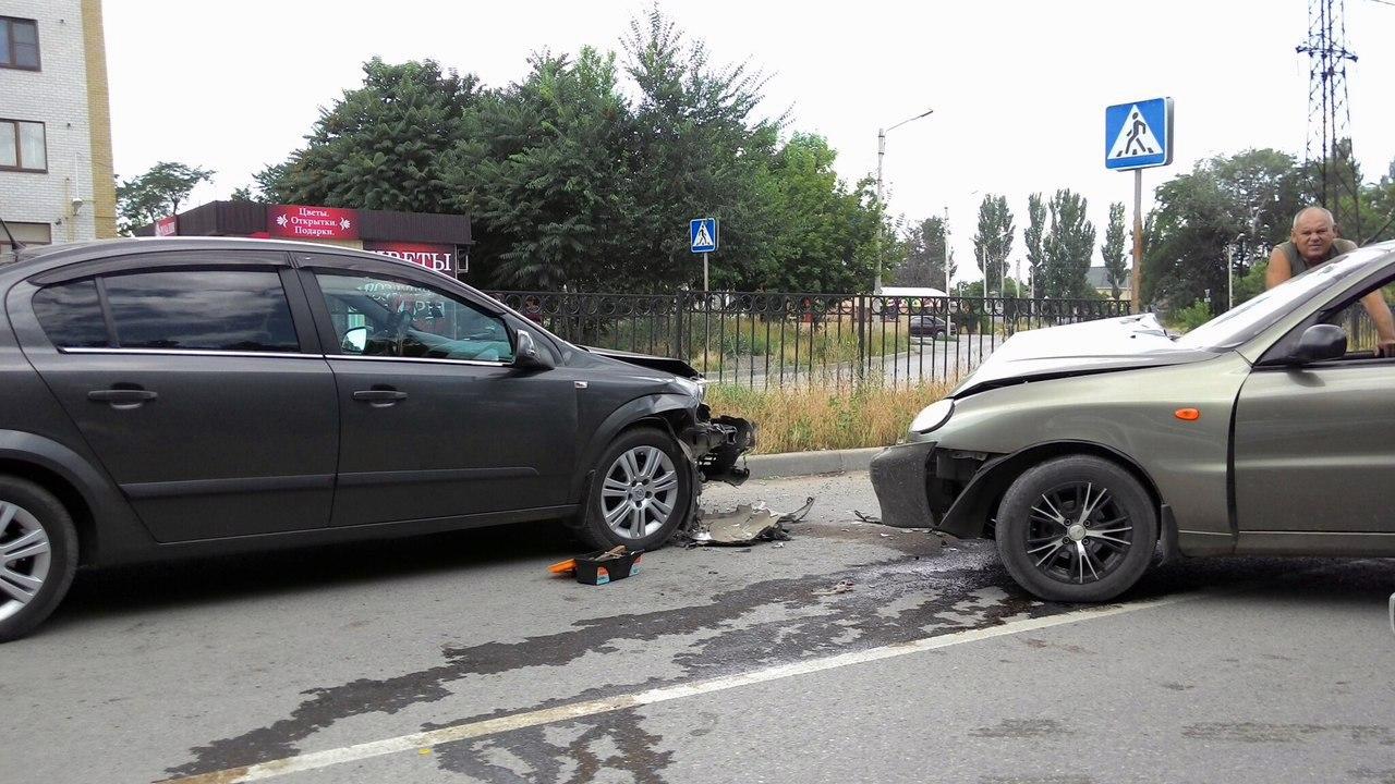 В Таганроге Chevrolet Lanos с украинскими номерами спровоцировал лобовое ДТП на улице Сызранова