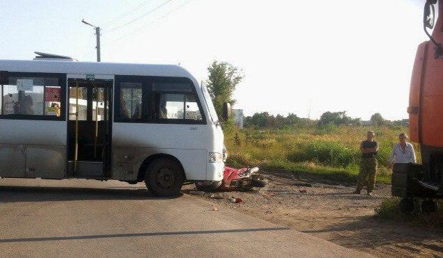 В Таганроге на улице Адмирала Крюйса мотоциклист врезался в маршрутку №74