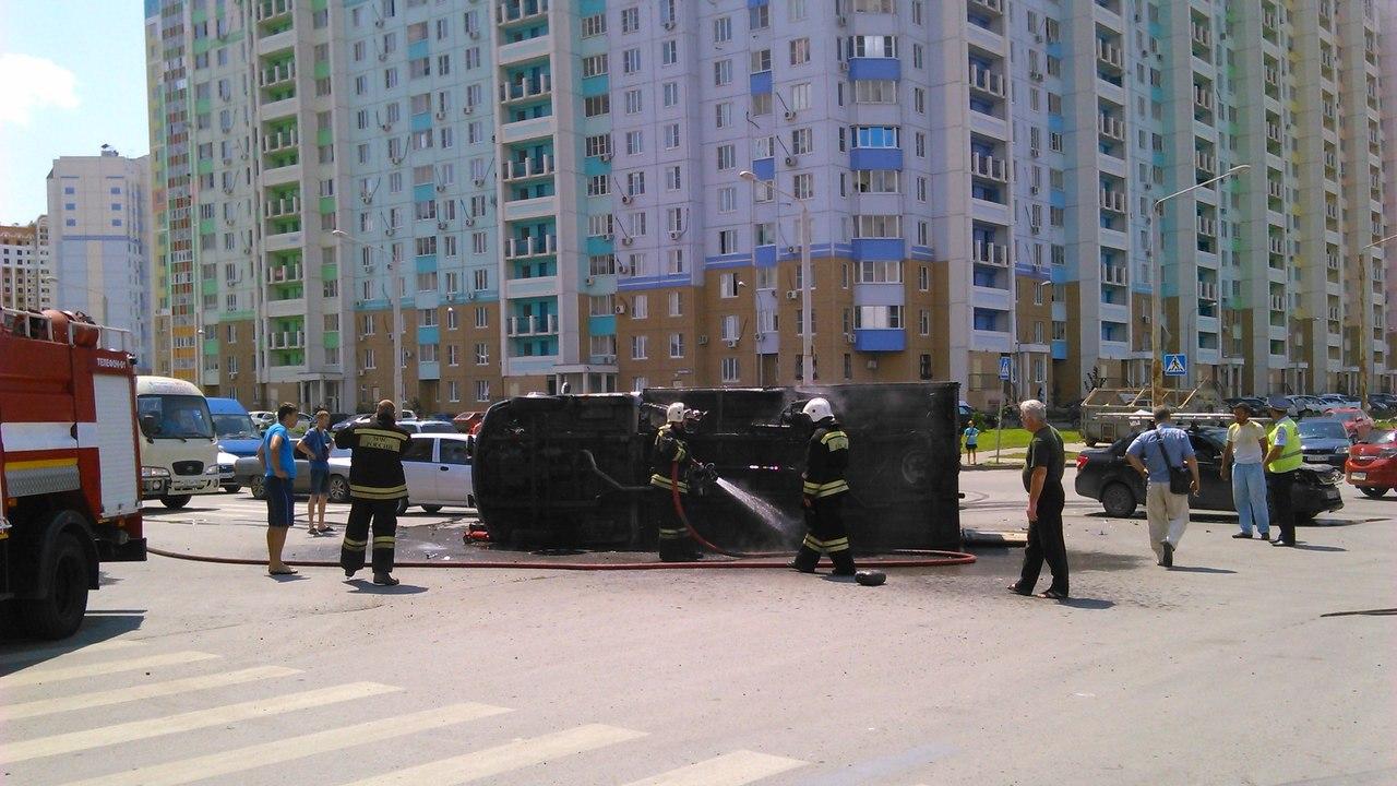 В Ростове грузовая «ГАЗель» врезалась в Lada Granta, после перевернулась и загорелась. ФОТО. ВИДЕО
