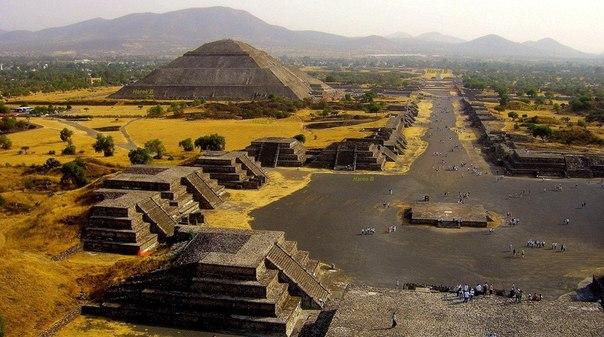 Теотиуакан — город где люди становились богами. Древний город Майя, по не известным причинам покинутый ими и полностью заброшенный. Все ритуальные гробницы и тайники были давным давно разграблены, а священные храмы разрушены.