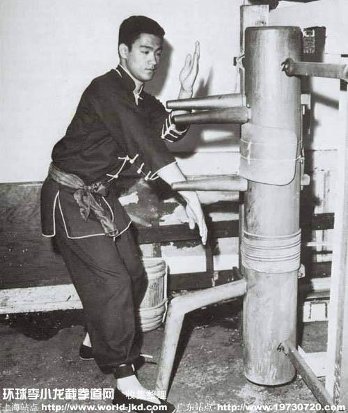 Брюс Ли демонстрирует работу на деревянном манекене