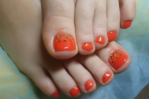 Оранжевый педикюр на лето фото