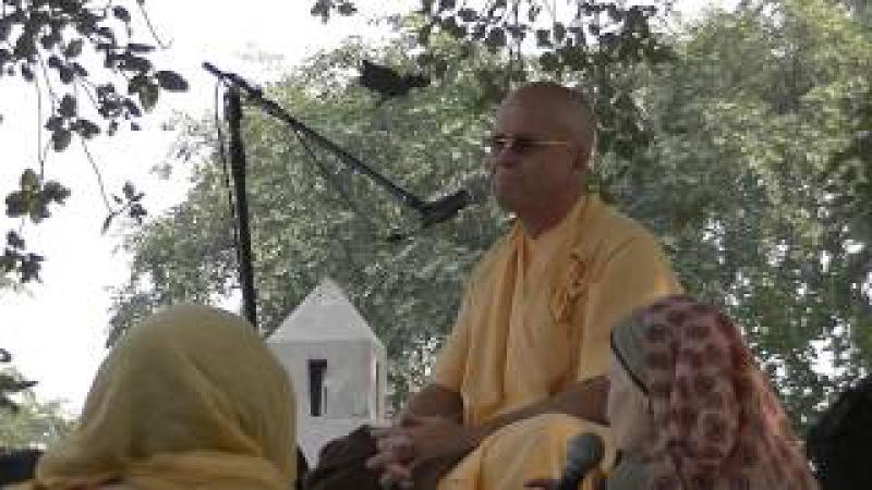2014-11-13 BB Govinda Swami - parikrama in Vrindavan
