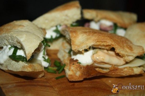 Сендвичи с морепродуктами Мне так понравилось фантазировать на тему небольших хрустящих сендвичей со всевозможными начинками! Это так просто, красиво, вкусно и сытно! Поэтому, сегодня я предлагаю вашему вниманию небольшие сендвичи с морепродуктами на армянском лаваше с вкуснейшим и простейшем соусом из сметаны, дижонской горчицы и творожного сыра. Такие сендвичи станут отличным дополнением к бокалу вина, хотя я их слопала с чаем, тоже очень вкусно ;)