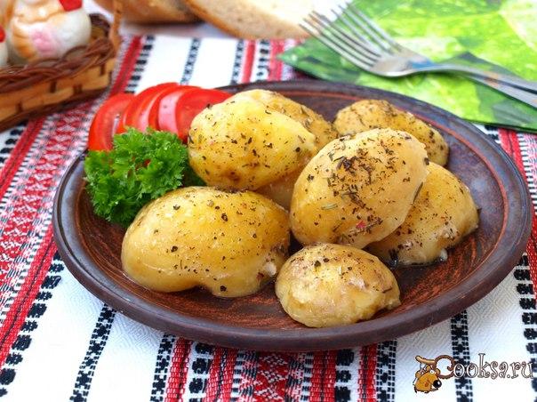Молодой картофель тушёный со специями и сливочным маслом Молодой картофель тушёный со специями и сливочным маслом - очень вкусный гарнир, который подойдёт для завтрака или ужину. В дополнение к такой картошке можно подать мясо или рыбу, или же просто салат из свежих овощей.