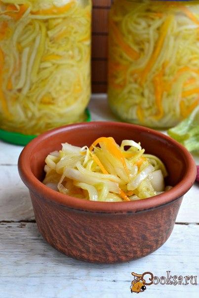 Салат из кабачков на зиму Предлагаю вам попробовать заготовить отличный салат из кабачков на зиму. Этот салат получается вкусным, сочным, хрустящим, очень похожим на маринованную капусту. Поэтому такая заготовка придется по вкусу даже тем, кто не любит кабачки. Из данного количества продуктов получится 3 пол-литровые баночки салата.