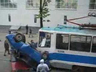 Трамвай врезается в машины