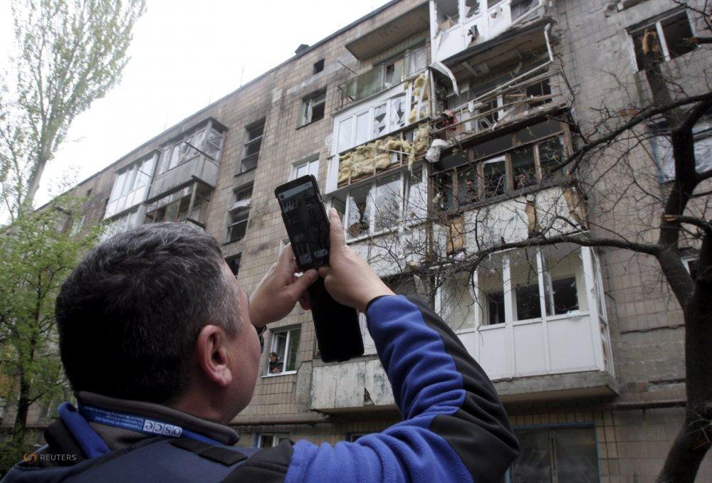 Наблюдатель ОБСЕ фиксирует повреждения здания после очередного нарушения перемирия
