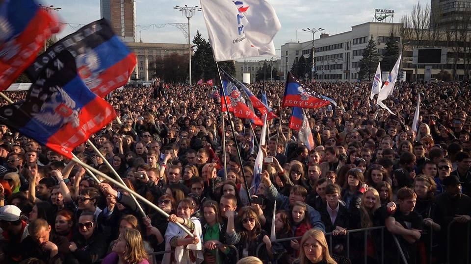 Дончане на концерте, что прошел 24 апреля на площади имени Ленина