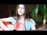 Девушка красиво поет под гитару на стихи Есенина 'Заметался пожар голубой'