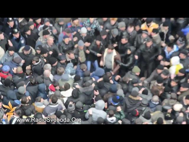 26 февраля 2014. Симферополь. Масові зіткнення мітингувальників під кримським...
