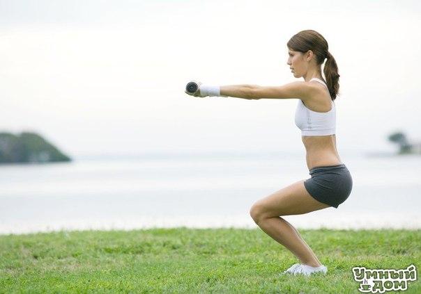 Отличные упражнения для упругой попы 1. Напрягай ягодицы. Стань ровно, руки свободны или на поясе, ноги на ширине плеч. Напрягай ягодицы как можно сильнее, задержись в этом положении 5-7 секунд, затем расслабься на 2-3 секунды и вновь напряги ягодицы. Сделай 12-15 повторений. 2. Приседания. Стопы на ширине плеч, параллельно друг другу, колени мягкие, ягодицы и живот подтянуты, поясница сохраняет естественный прогиб, плечи расправлены и опущены вниз. Делай классические приседания. При этом…