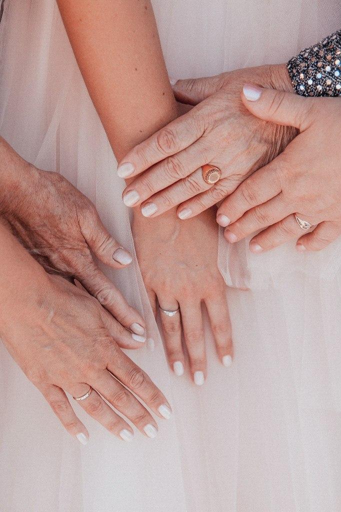 руки невесты, мам и бабушек