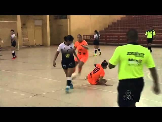 Бразильская футболистка ударила лежащую соперницу ногой по голове ,hfpbkmcrfz aen,jkbcnrf elfhbkf kt;foe. cjgthybwe yjujq gj ujk
