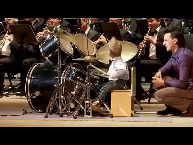 Garoto de 3 anos toca bateria de forma inacreditável (3-year-old boy plays drums unbelievably)
