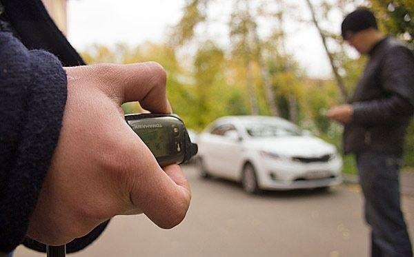В Таганроге шестеро мужчин вскрывали машины с помощью сканера