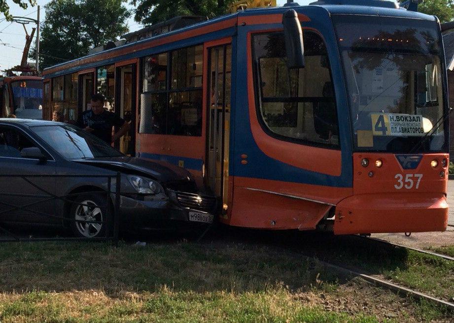 В Таганроге Kia Magentis врезалась в трамвай №4
