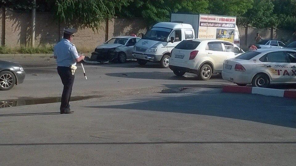 В Таганроге Volkswagen Polo такси «Престиж» столкнулся с «ВАЗ-2110»