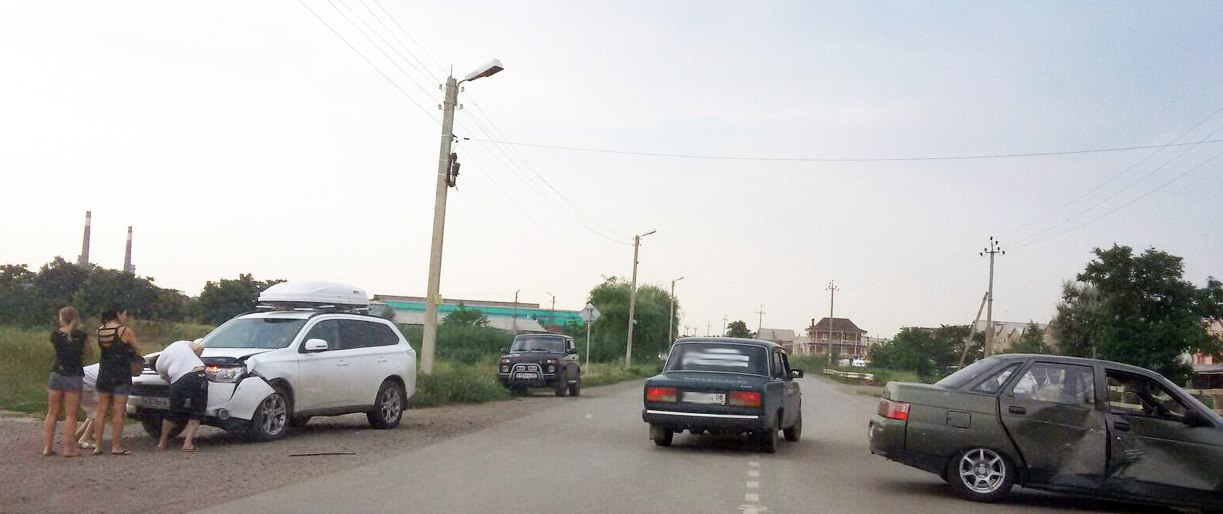 В Таганроге на Адмирала Крюйса столкнулись Mitsubishi Outlander и «ВАЗ-2110»