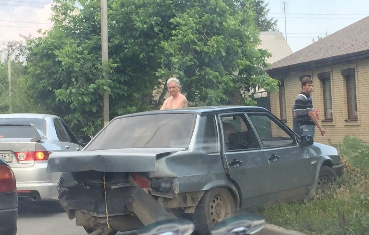 В Таганроге ну улице Щаденко столкнулись сразу три автомобиля
